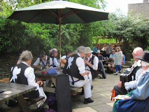 An outside session at the Cotswold Arms